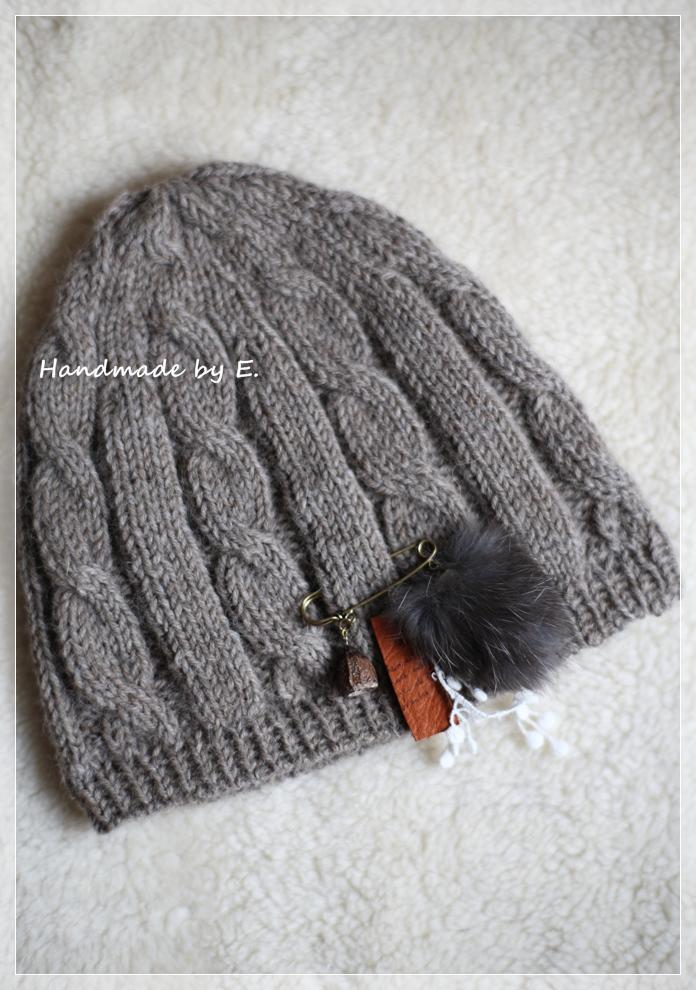 木の実のチャーム付き縄編みニット帽