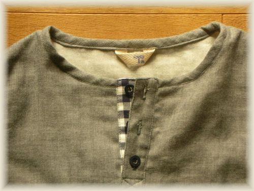 18 ②ダブルガーゼのヘンリーネックシャツ 襟元