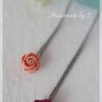 編みバラのネックレス