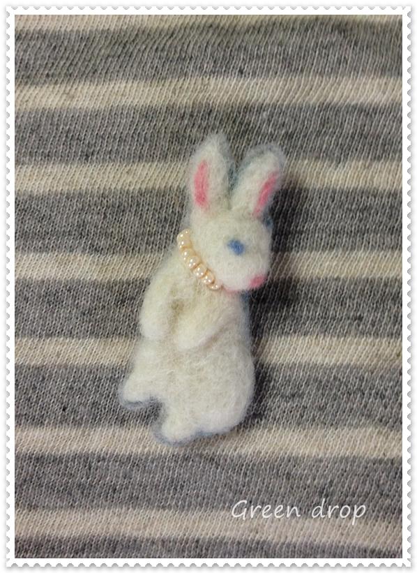 羊毛フェルトブローチ 白ウサギ